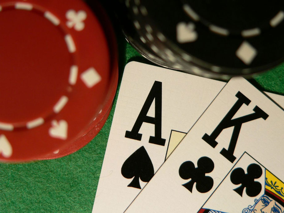 Ace-king-close-up-with-poker-chips-original-920w.jpg (920×690)